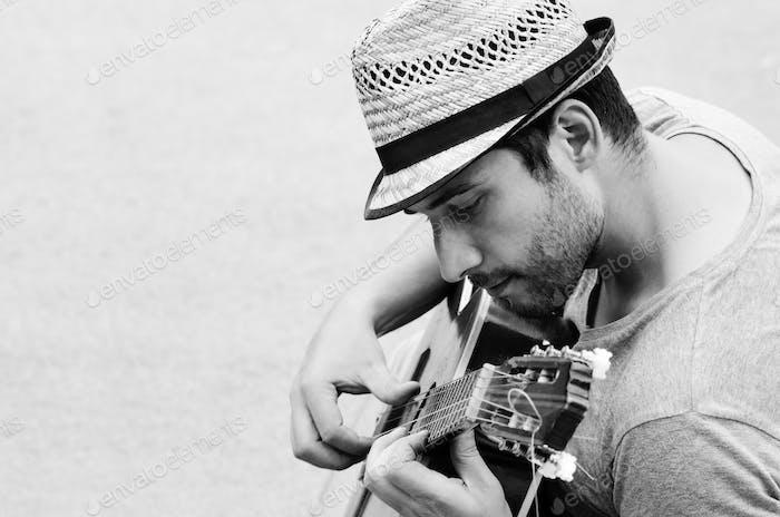 Mann spielt die Gitarre