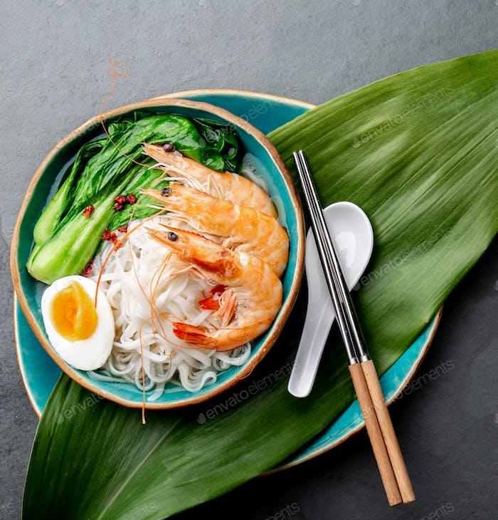 Asiatische Reisnudel mit Garnelen und Pok Choy Kohl.
