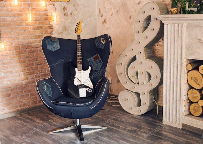 Электрическая гитара на стуле
