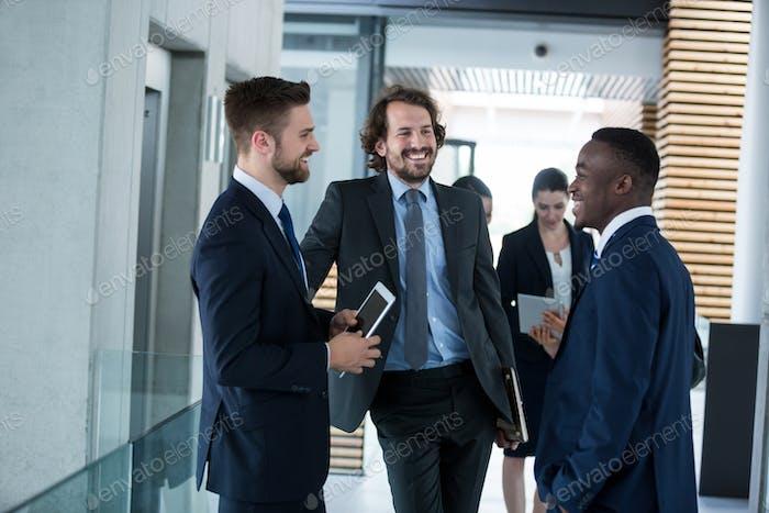 Бизнесмены, имеющие беседу