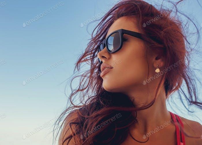 Una mujer con gafas de sol.