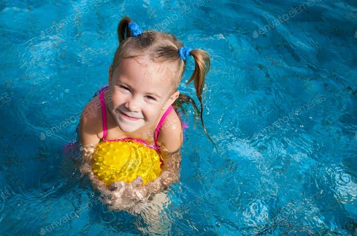 glückliches kleines Mädchen im Pool