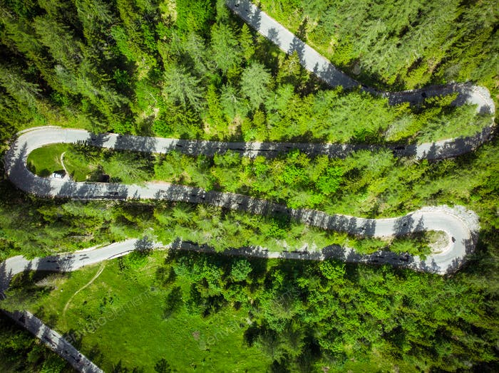 Schöne landschaftlich reizvolle Serpentine Straße in Slowenien Alpen