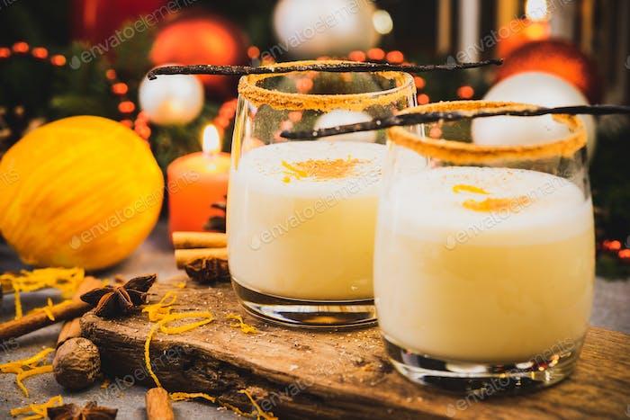 Traditioneller Eierlikör. Weihnachtsfest Essen und Trinken