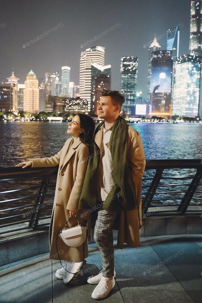 hermoso horizonte de Shanghai por la Noche