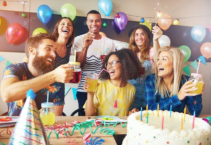 Glückliche überschwundene Gruppe von Freunden feiern