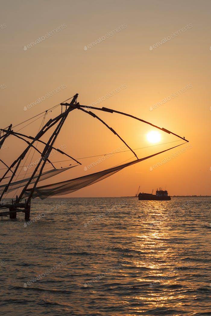 Chinesische Netze bei Sonnenuntergang. Kochi, Kerala, Indien