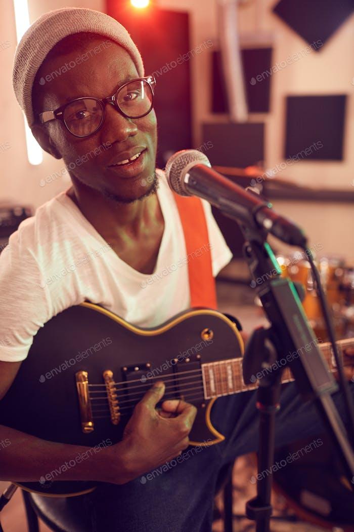 Talentierter junger Musiker