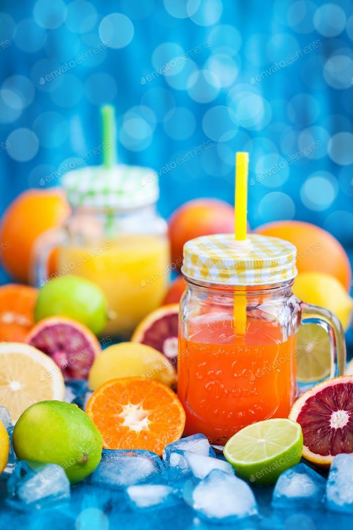 Zitrusvitaminsaft mit frischen Früchten rund um