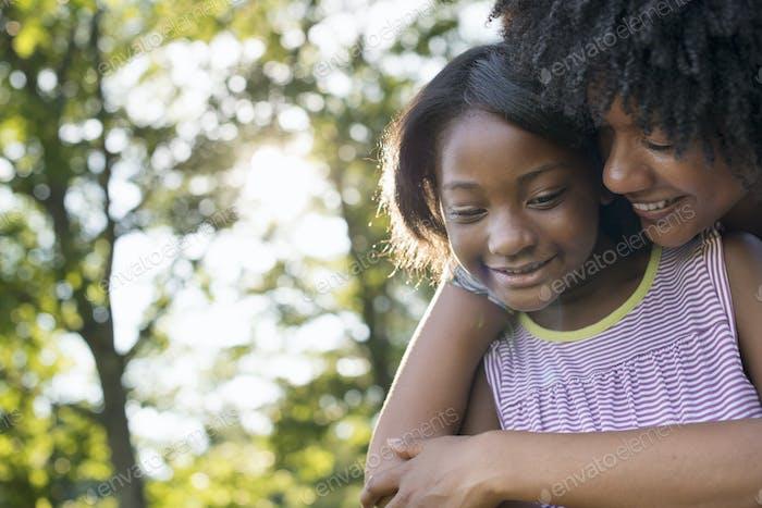 Una mujer joven y un niño abrazándose.