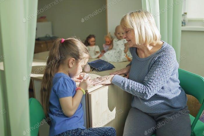 Mehrgenerationsbeziehungen, Mädchen und Oma schminken zusammen, Indoor-Familienlebensstil