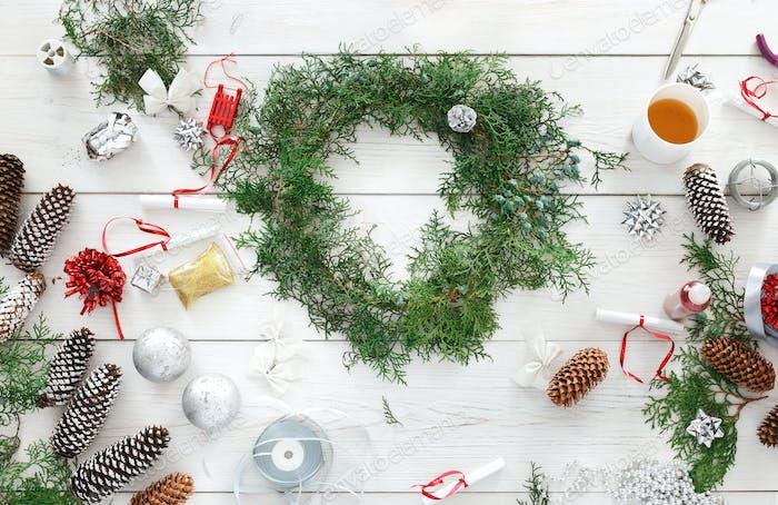 Kreatives Hobby zum Basteln. Handgefertigte Weihnachtsdekoration, Ornament und Girlande
