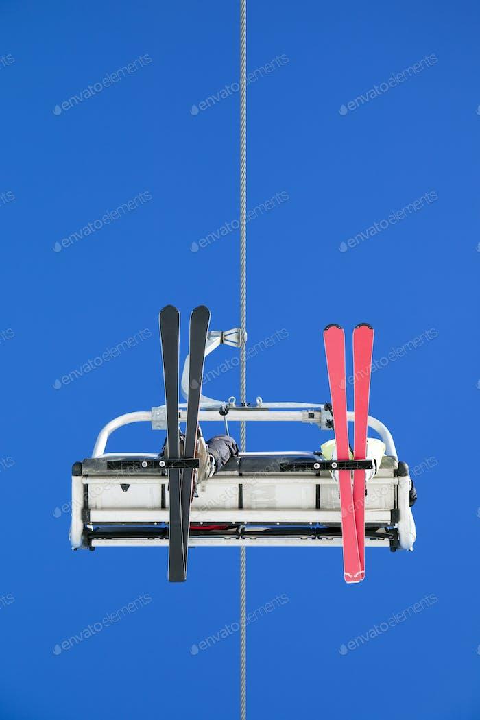 Menschen mit Skilift On Mountain Vacations