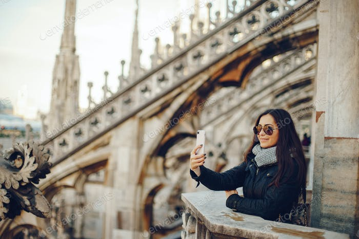 Mädchen mit ihrem Handy während der Erkundung Mailand Italien