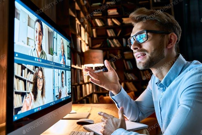 Hombre de negocios hablando con diversos colegas en el chat de videoconferencia virtual.