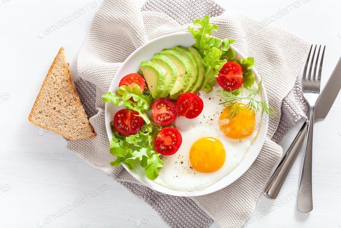 gesundes Frühstück flach. Spiegeleier, Avocado, Tomate, Toast