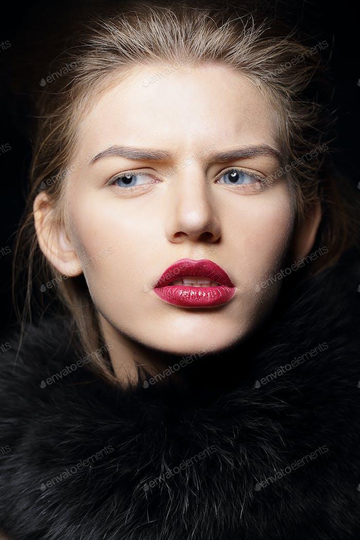 Studio Porträt von schönen Frau trägt roten Lippenstift