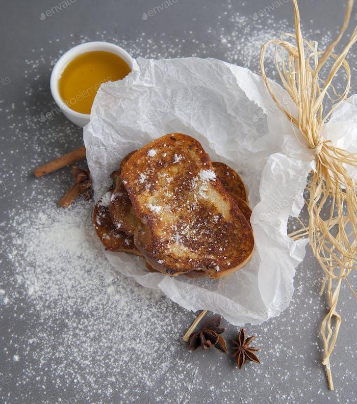 Französisch Toast serviert mit Honig und Anis.