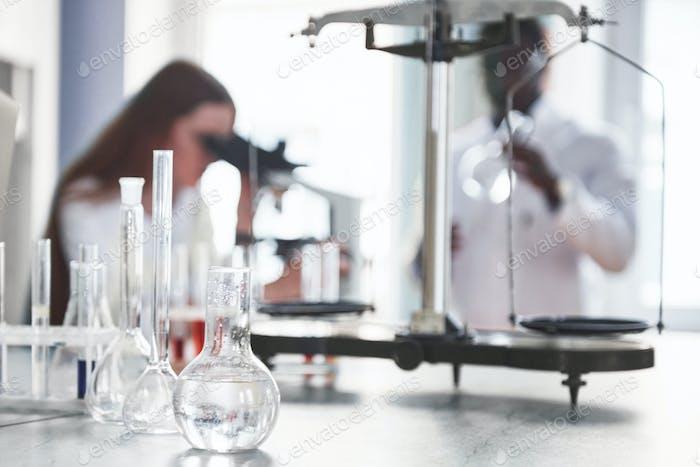 Laboratorios realizan experimentos en el laboratorio químico