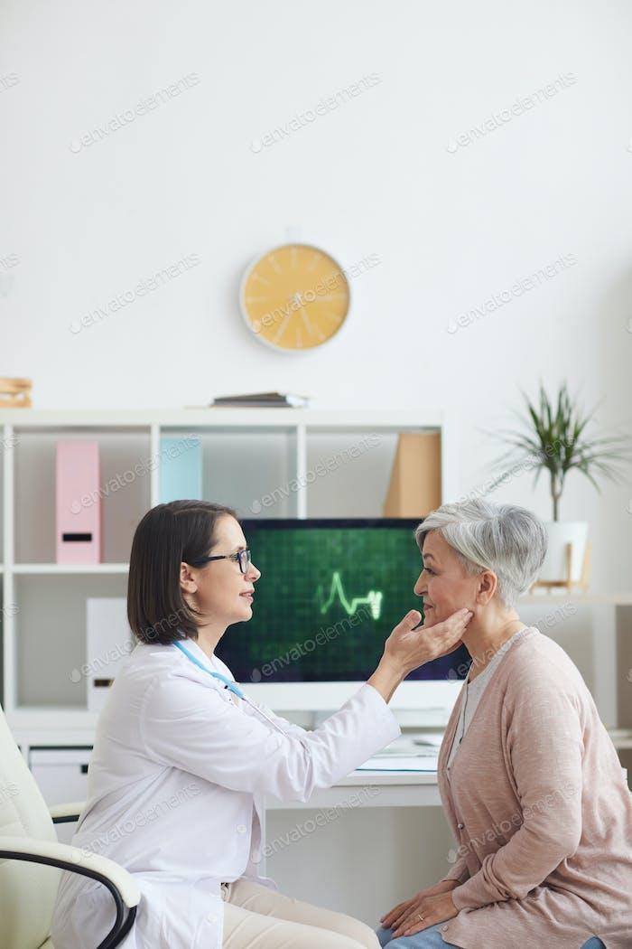 Arzt Untersuchung Seniorin in der Klinik