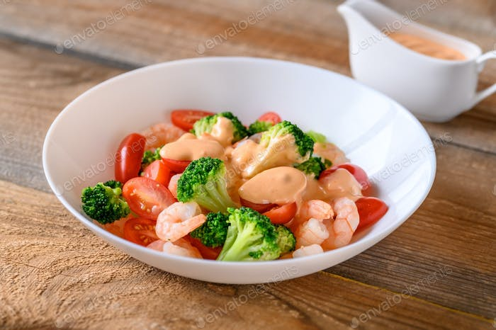 Salad with shrimps and fresh vegetables