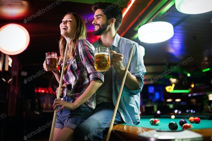 Пара знакомства, флирт и игра в бильярд в пабе