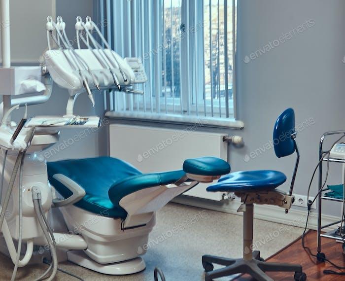Eine sexy heiße rothaarige Zahnarztfrau, die sich um ihren Patienten kümmert.