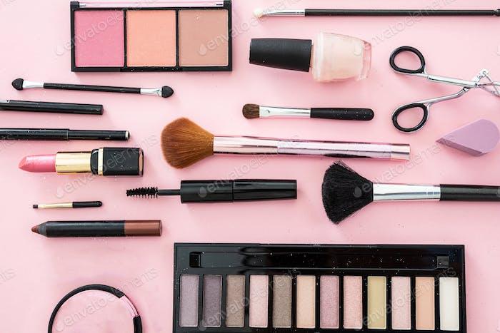 Make-up Kosmetik Produkte vor rosa Farbe Hintergrund