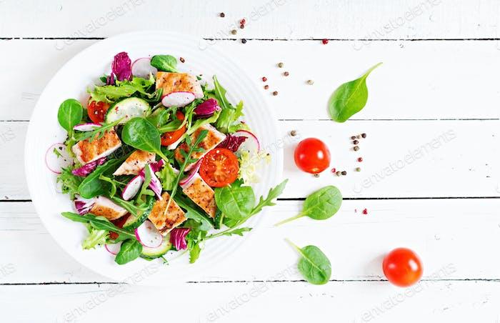Frischer Gemüsesalat mit gegrillter Hähnchenbrust - Tomaten, Gurken, Rettich