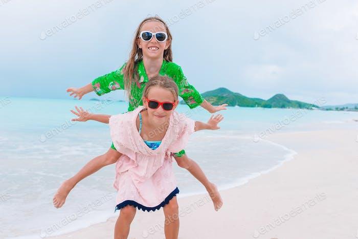 Glückliche Kinder laufen und springen am Strand