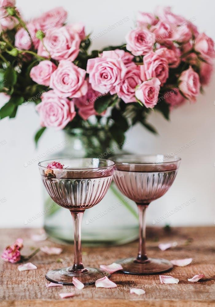 Valentinstag Grußkarte mit Champaigne und Rosen