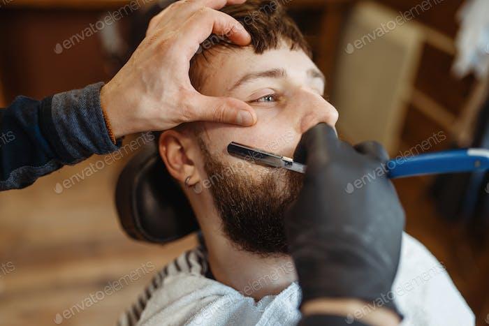 Friseur mit Rasiermesser, alte Schule Bartschnitt