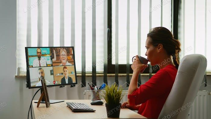 Persona de negocios discutiendo en webcam