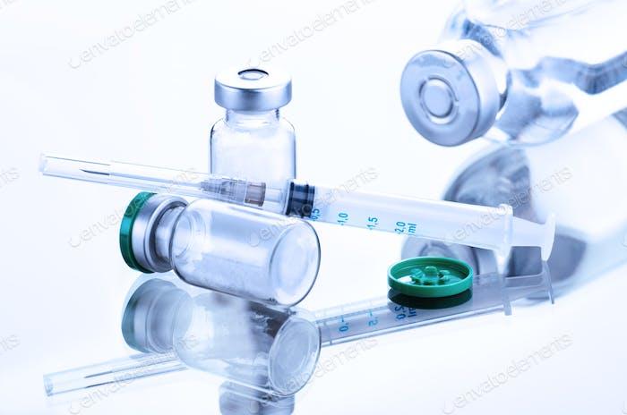 Medicamento em pó no frasco para injectáveis como dose de vacina injectada contra a gripe juntamente com a seringa injectável