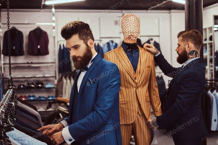 Thumbnail for Два стильных продавщица элегантно одетых работают в магазине мужской одежды.