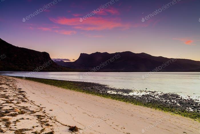 Playa en la costa del océano. Ermita de la Laguna, Reunión