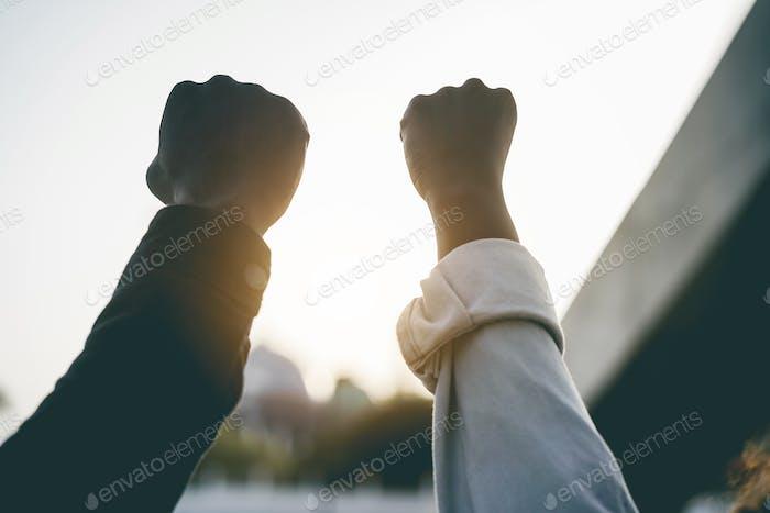 Los negros tomados de la mano durante la protesta por no racismo