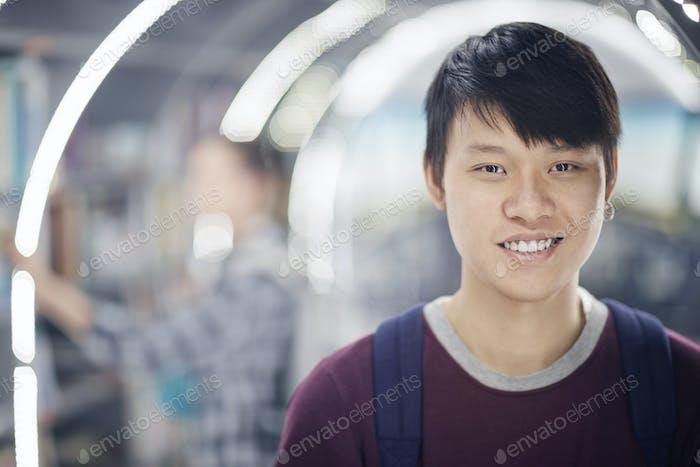 Estudiante asiático en la universidad