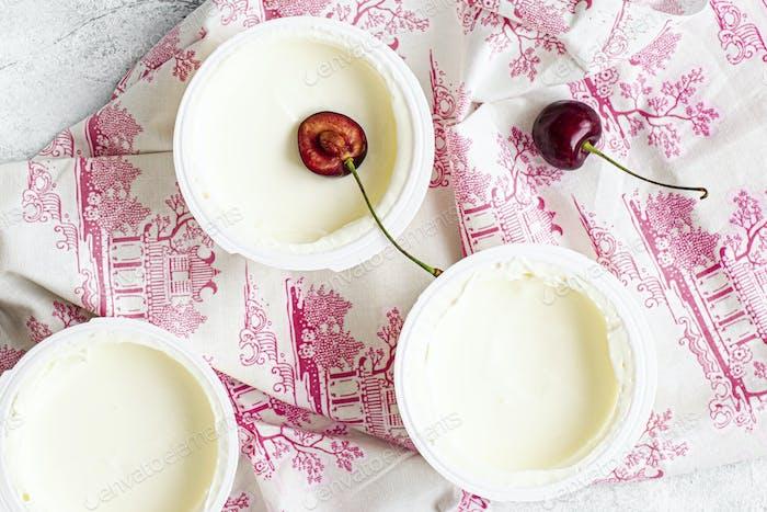 Joghurt und Kirschen