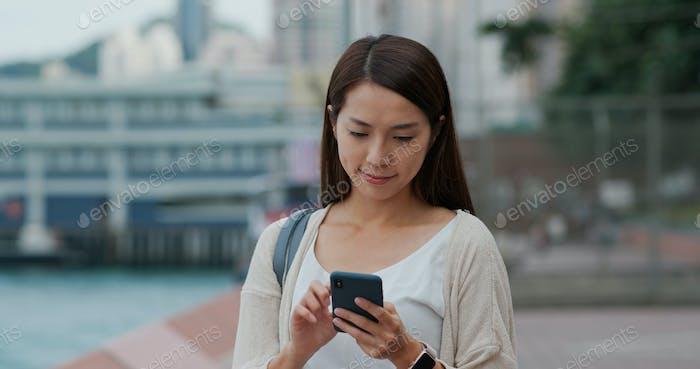 Mujer uso del teléfono móvil al aire libre