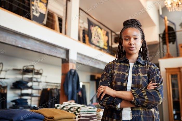 Porträt Von Weiblichen Besitzer von Modegeschäft Stehen Vor Kleidung Display