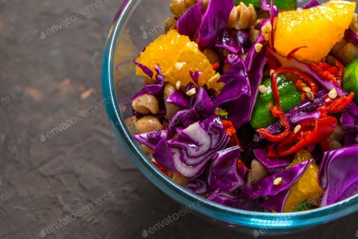 Salat aus Gemüse und Obst in einer Glasschüssel Nahaufnahme
