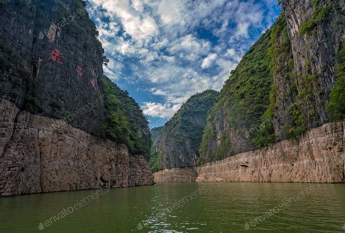 Tiefe vertikale Canyon-Wände des Shennong Xi Stream