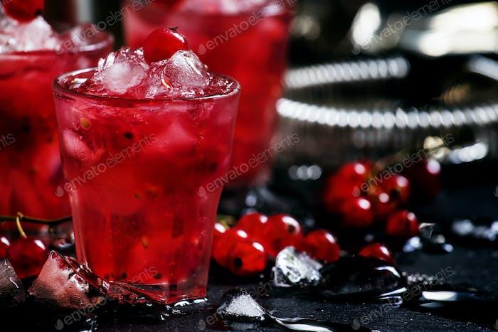 Rosso Beeren-Crash, alkoholischer Cocktail mit roten Johannisbeeren, Wermut und Eis