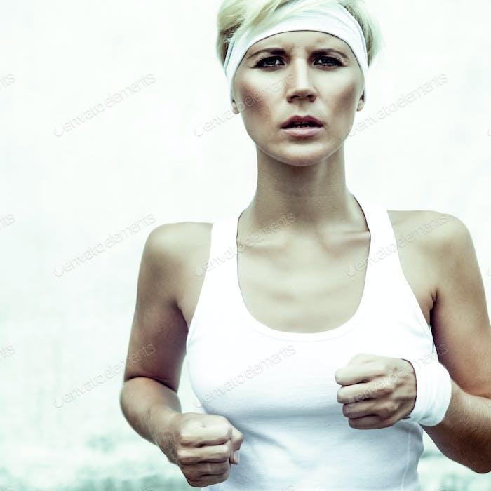 .. junge Sportmädchen läuft