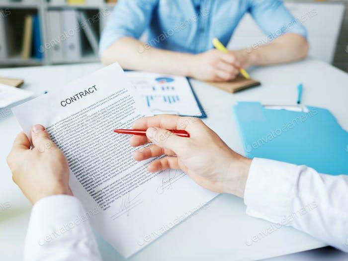 Lectura de las condiciones del contrato