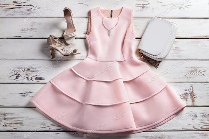 Kleid mit Schuhen und Schmuck.