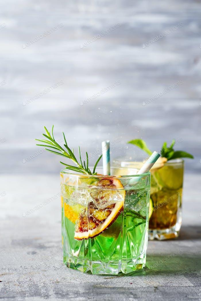 Sommer Minze Limette erfrischenden Cocktail Mojito mit Rum und Eis im Glas auf Stein Hintergrund