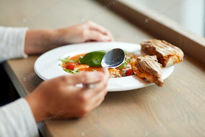 Frau essen Gazpacho Suppe im Restaurant