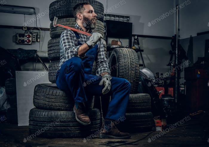 Un hombre en un garaje